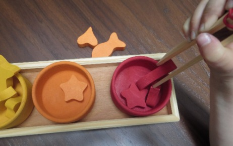 jeu-montessori-avec-pince